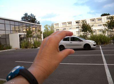 Faire_tenir_une_voiture_dans_la_main_voiture.jpg
