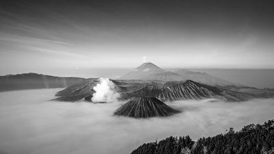 Volcans_par_milliers_zein-mubaraq-M1dvH-BNovo-unsplash.jpg
