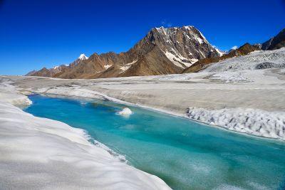 La_fonte_des_glaces_A_glacial_stream_on_Hispar_glacier__49km.jpg